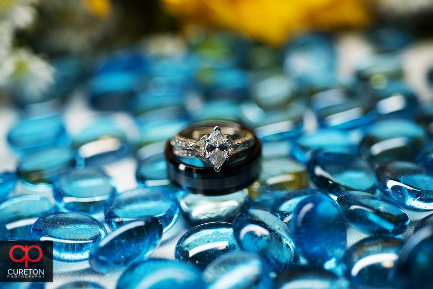 Macro shot of the wedding rings.