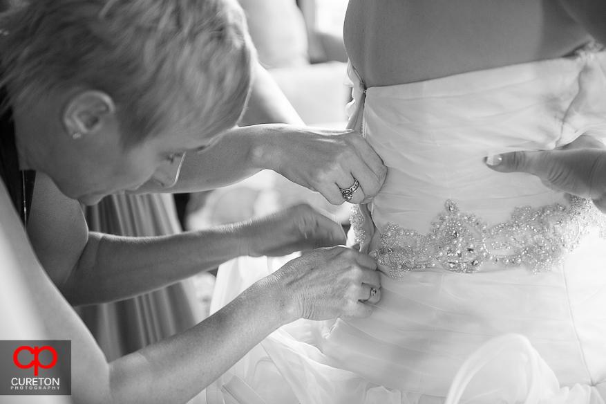 Brides momo fastening dress.